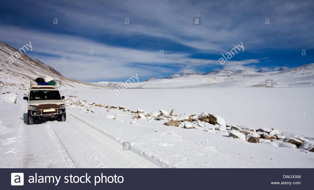 Ein Mahindra Skorpion auf dem Schnee gefüllt Landschaften von Ladakh. Stockbild
