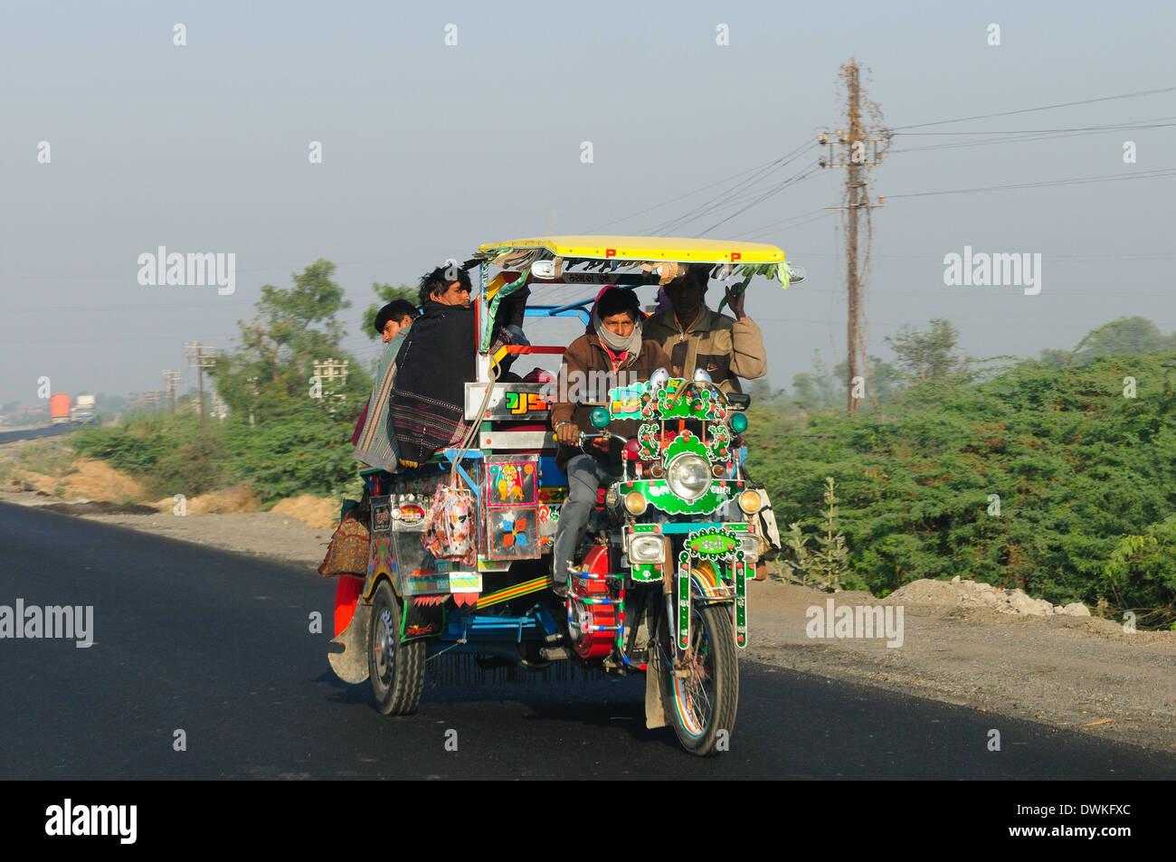 Straßenverkehr in Westindien, Gujarat, Indien, Asien Stockbild