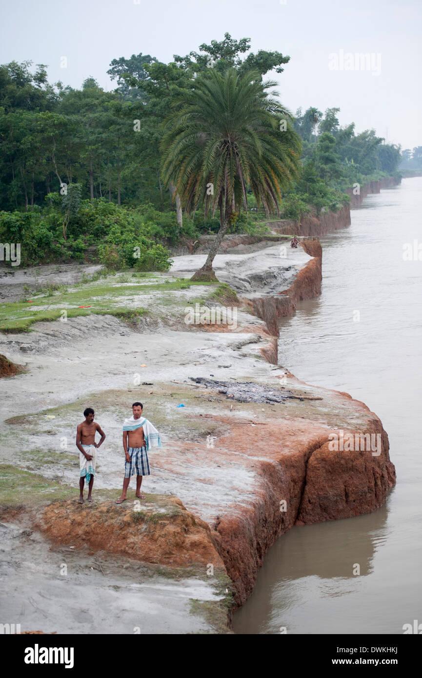 Zwei Männer der Dorf an den Ufern des markanten roten Sandstein des Brahmaputra in Bijaynagar, Assam, Indien, Asien Stockbild