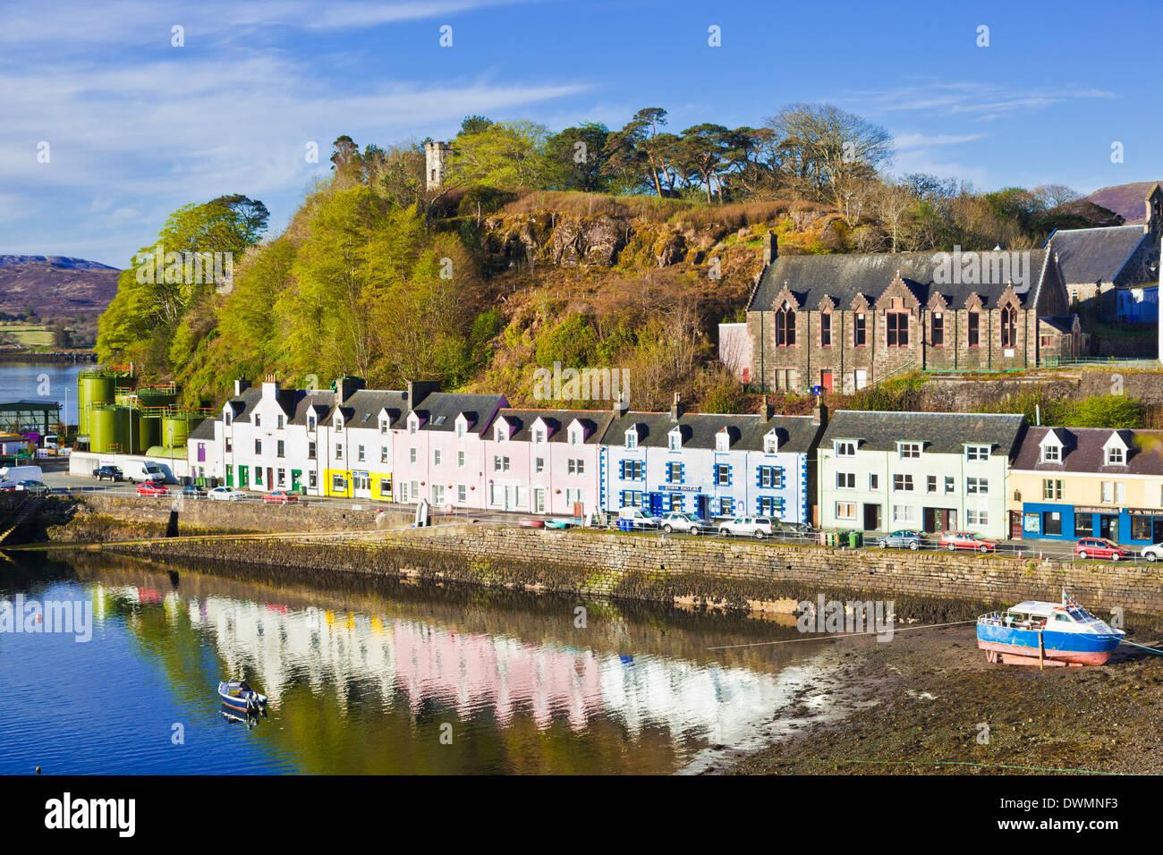 Multi-farbigen Häuser mit Reflexionen im Hafen von Portree Isle Of ...