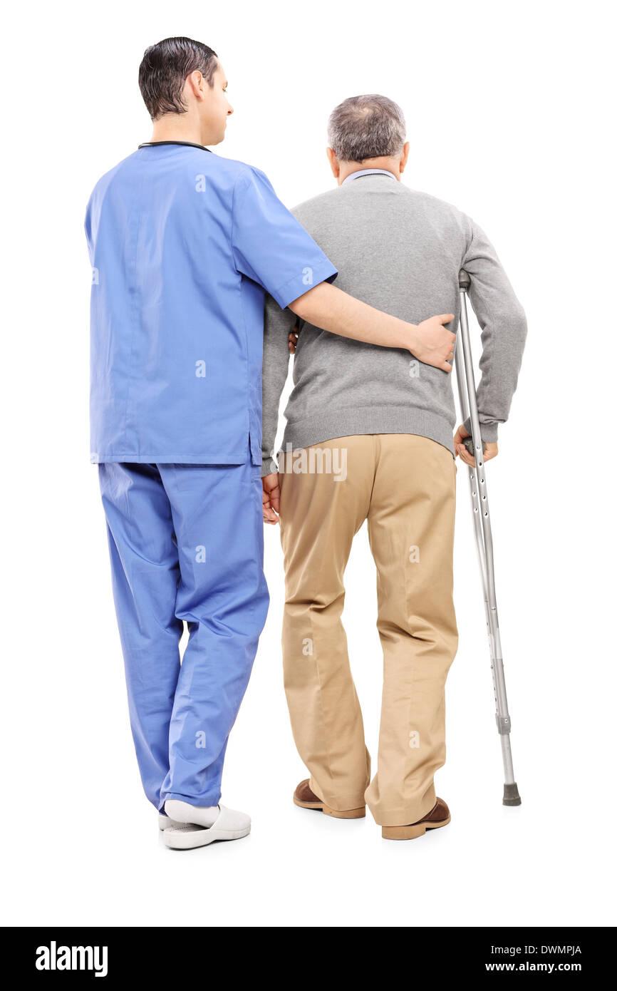 In voller Länge Portrait von männlichen Krankenschwester hilft einen älteren Herr Stockbild