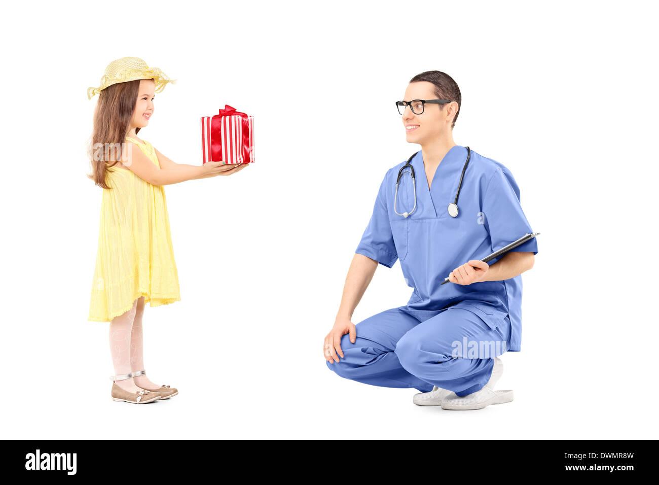 Kleine Mädchen, das ein Geschenk mit männlichen Arzt Stockfoto, Bild ...