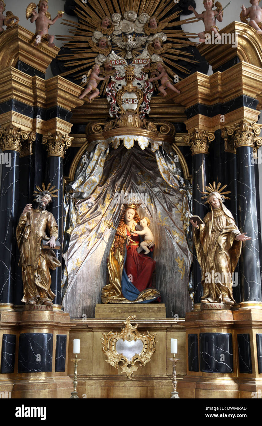 Madonna mit Jesuskind, Altar in der Stiftskirche in Neumünster in Würzburg am 18. Juli 2013. Stockbild