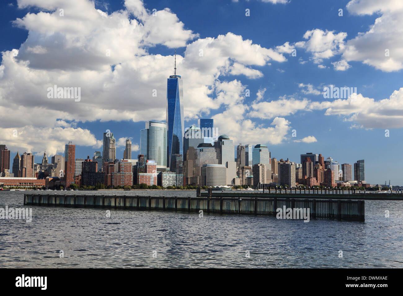 1 World Trade Center Tower und New Yorks Finanzdistrikt gesehen vom Liberty State Park, New York, Vereinigte Staaten von Amerika Stockbild