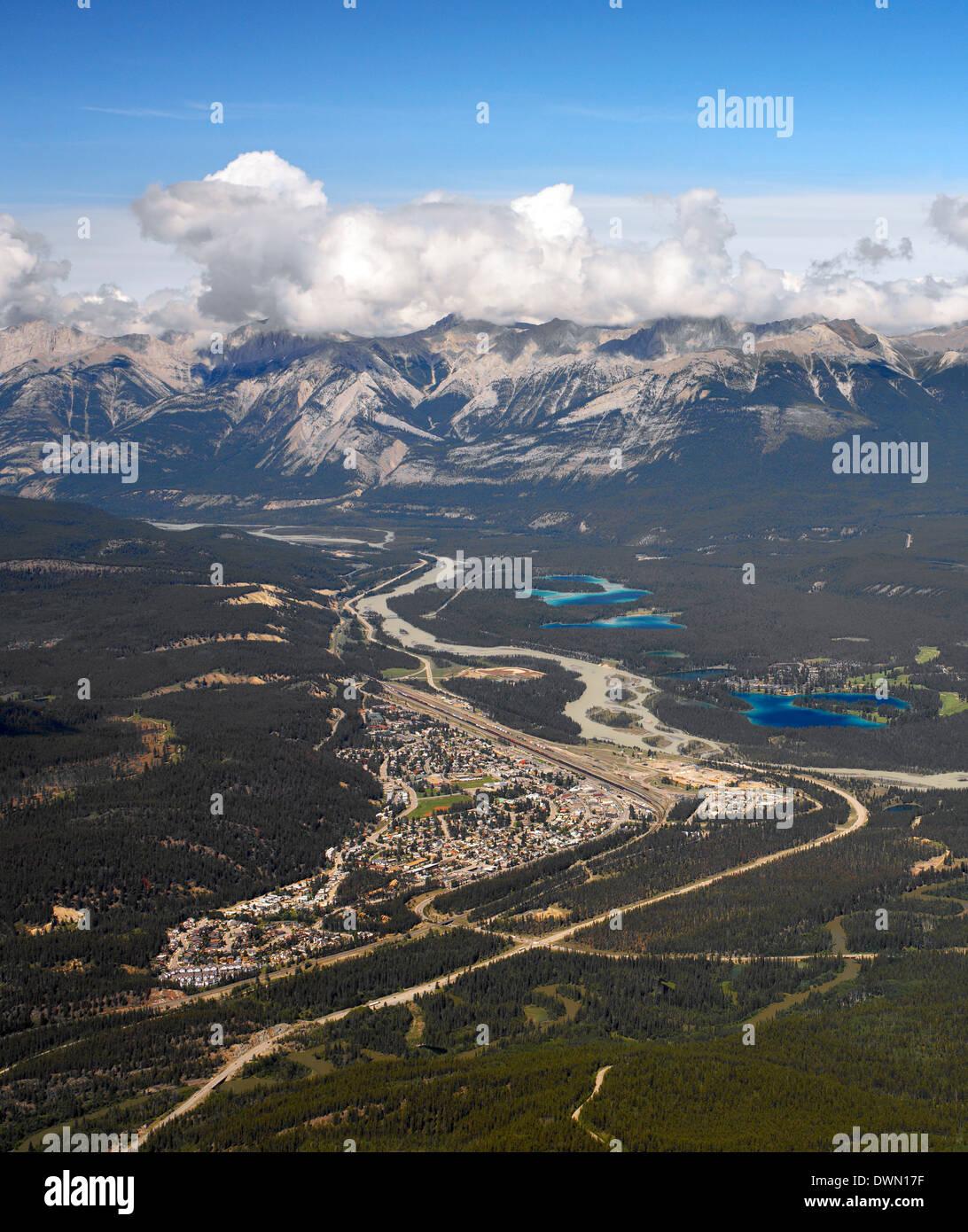 Luftaufnahme der Stadt Jasper im Jasper National Park in Alberta, Kanada. Stockbild