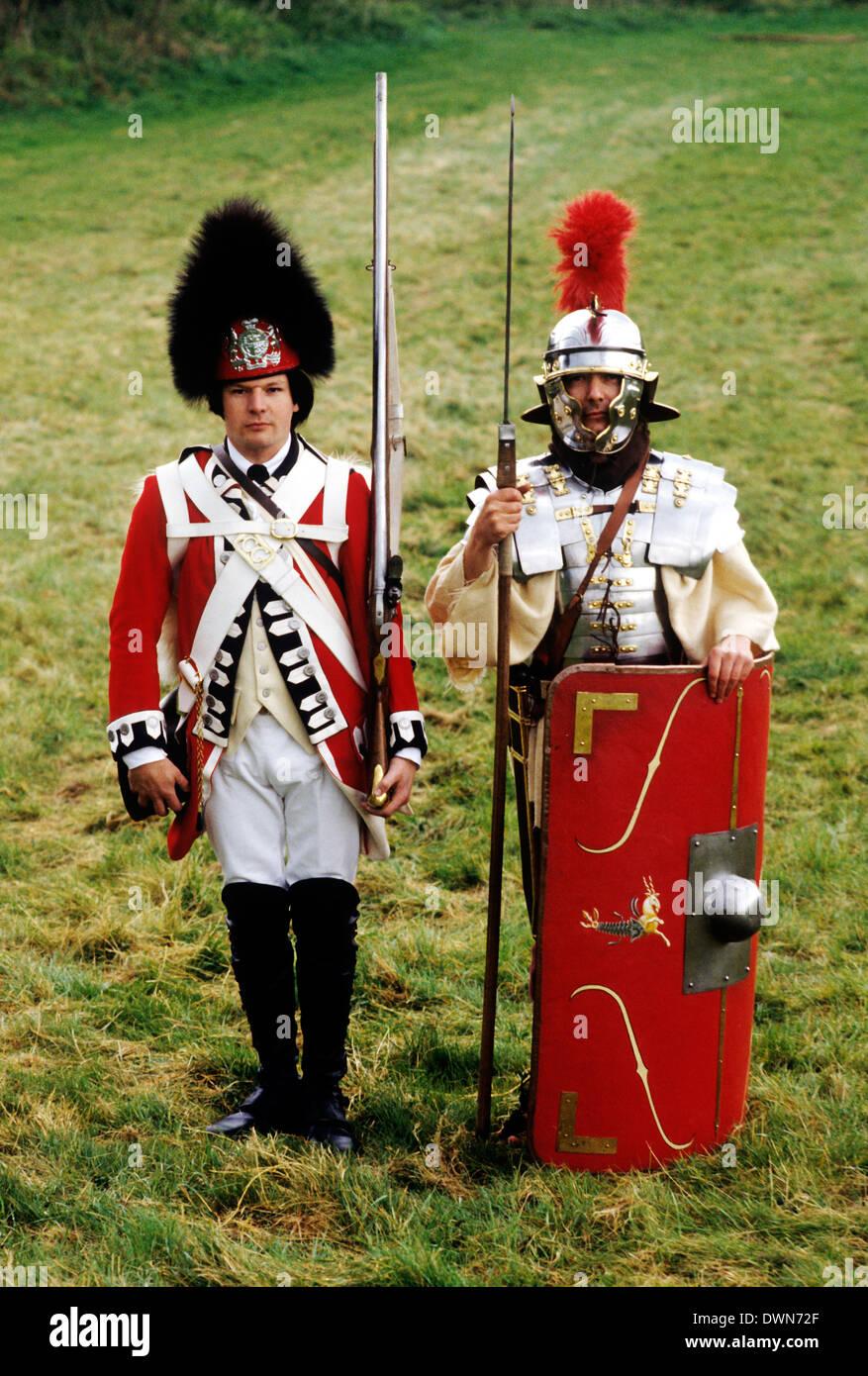 Soldaten in der britischen Geschichte, 18. Jahrhundert Fußsoldaten und 2. Jahrhundert römisch, historische Reenactment Multi Zeiträume hinweg im Wandel der Zeit Stockbild