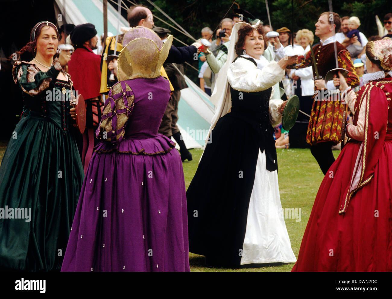 Tudor Periode tanzen, Ende des 16. Jahrhunderts Reenactment, Männer Frauen tanzen elisabethanischen Tanzkostüm Stockbild