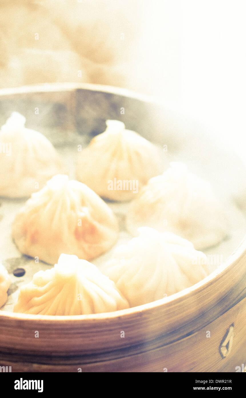 Chinesische Knodel Oder Xiao Long Bao In Bambus Tablett Beruhmte