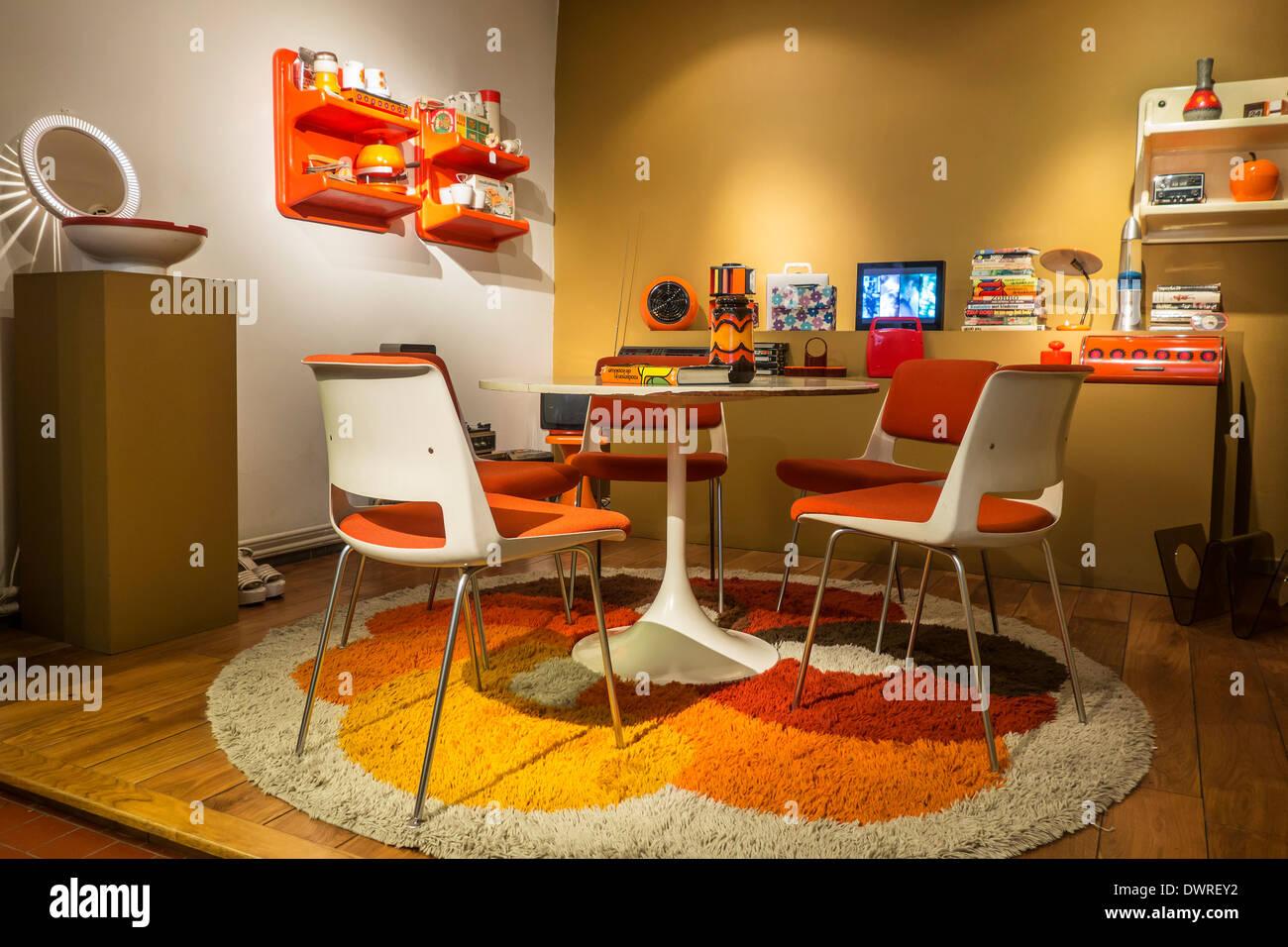 Orange Wohnzimmer Interieur zeigt Wohnmöbel der siebziger Jahre im ...