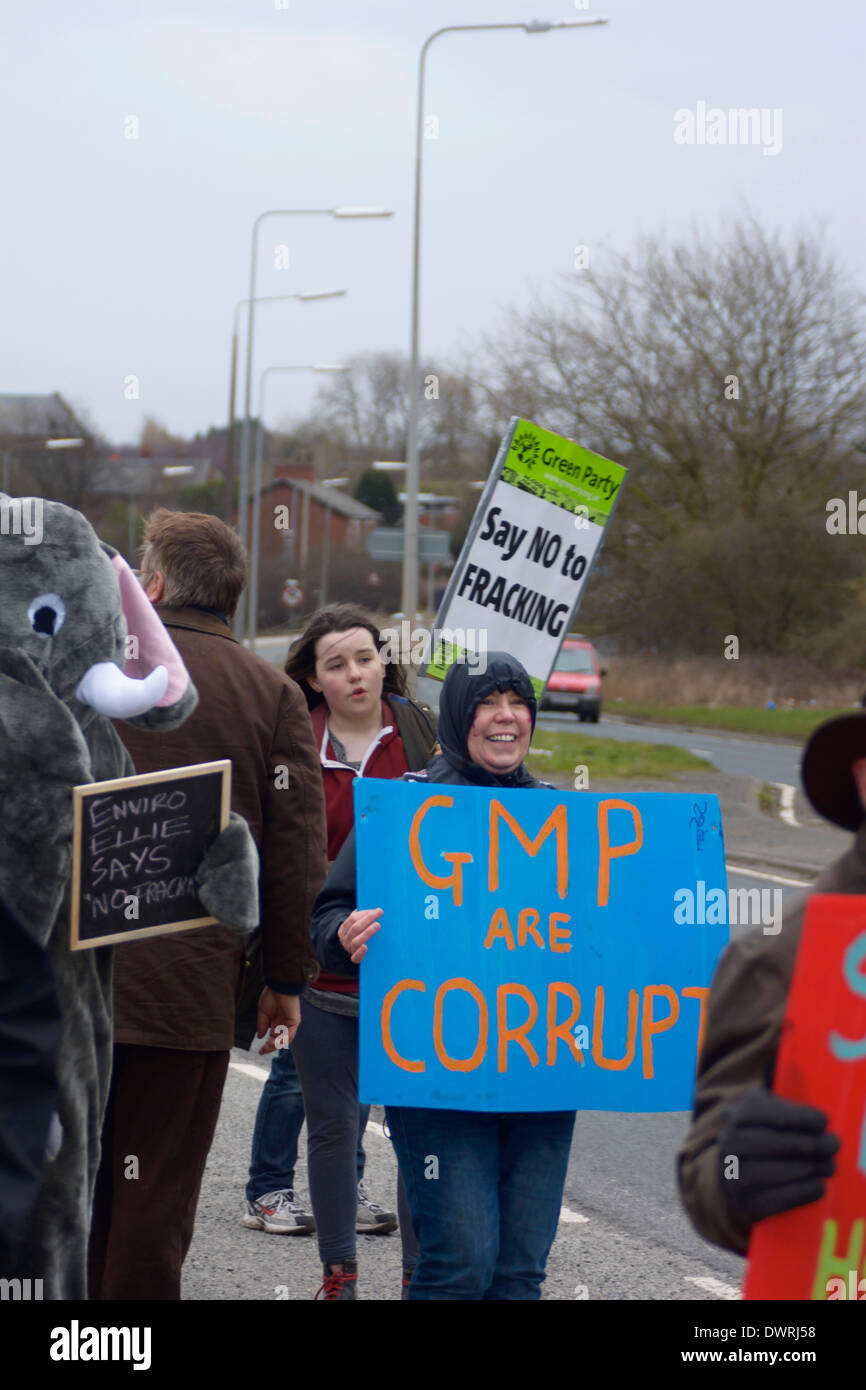 Demonstrant Barton Moss Anti-Fracking-Camp mit GMP sind korrupte Zeichen. Stockbild