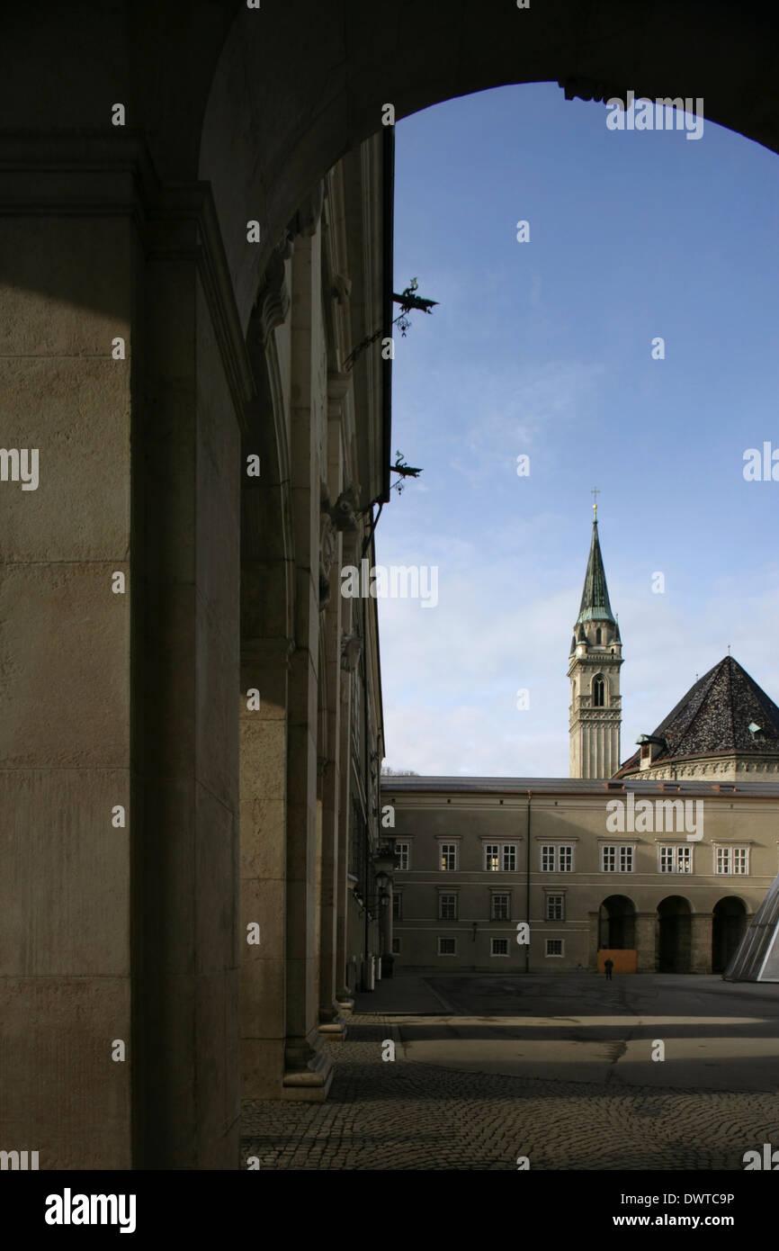 Die Franziskanerkirche, gesehen vom Domplatz oder Domplatz, Salzburg, Österreich. Stockbild