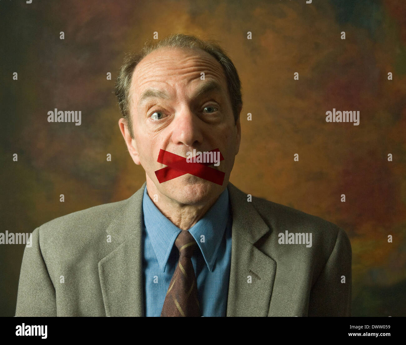 Porträt von überrascht Mann mit Mund mit Klebeband schließen ...