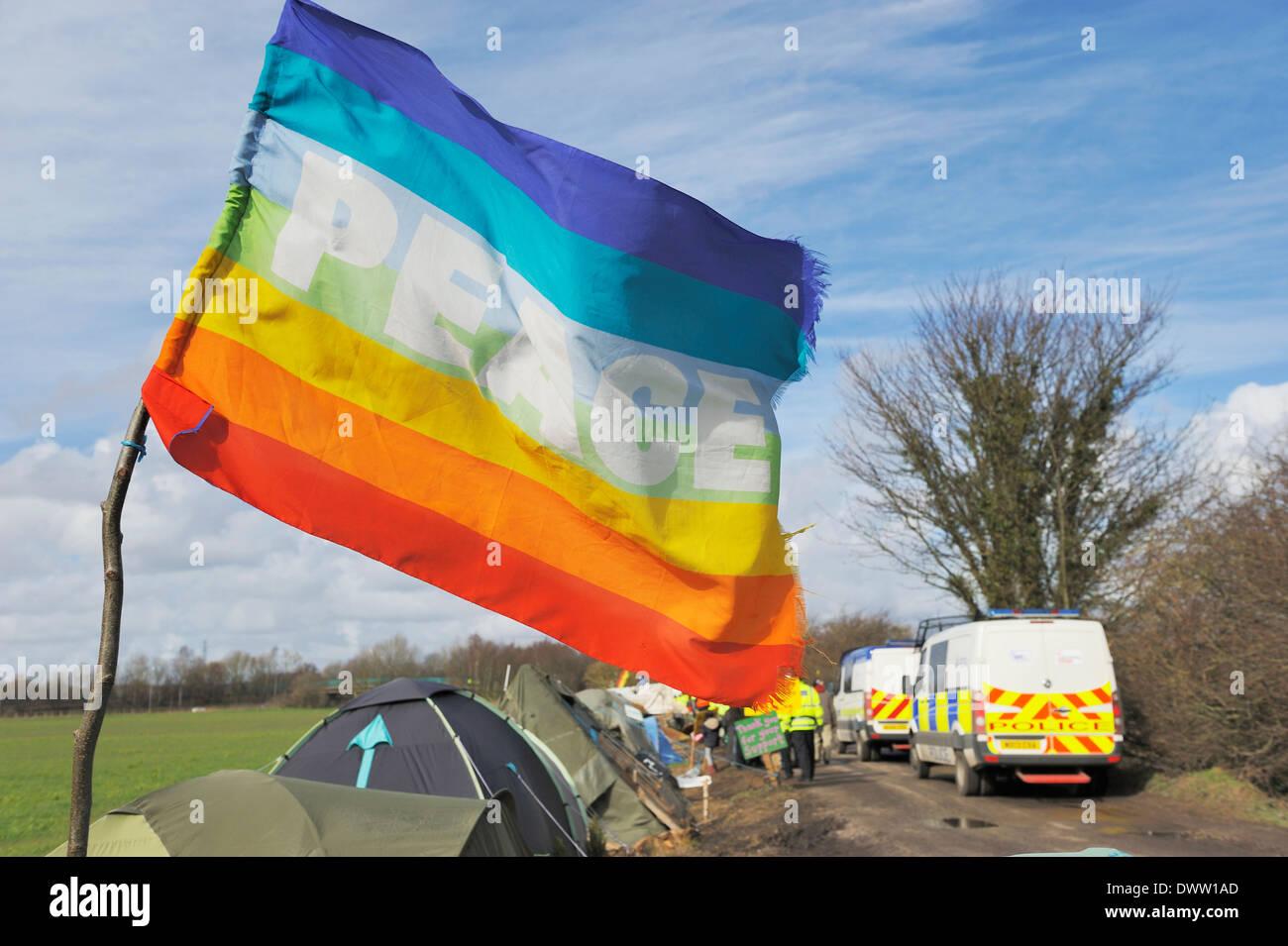 Frieden-Flagge im Barton Moos Schutz Camp als Polizei-Konvoi geht Stockbild