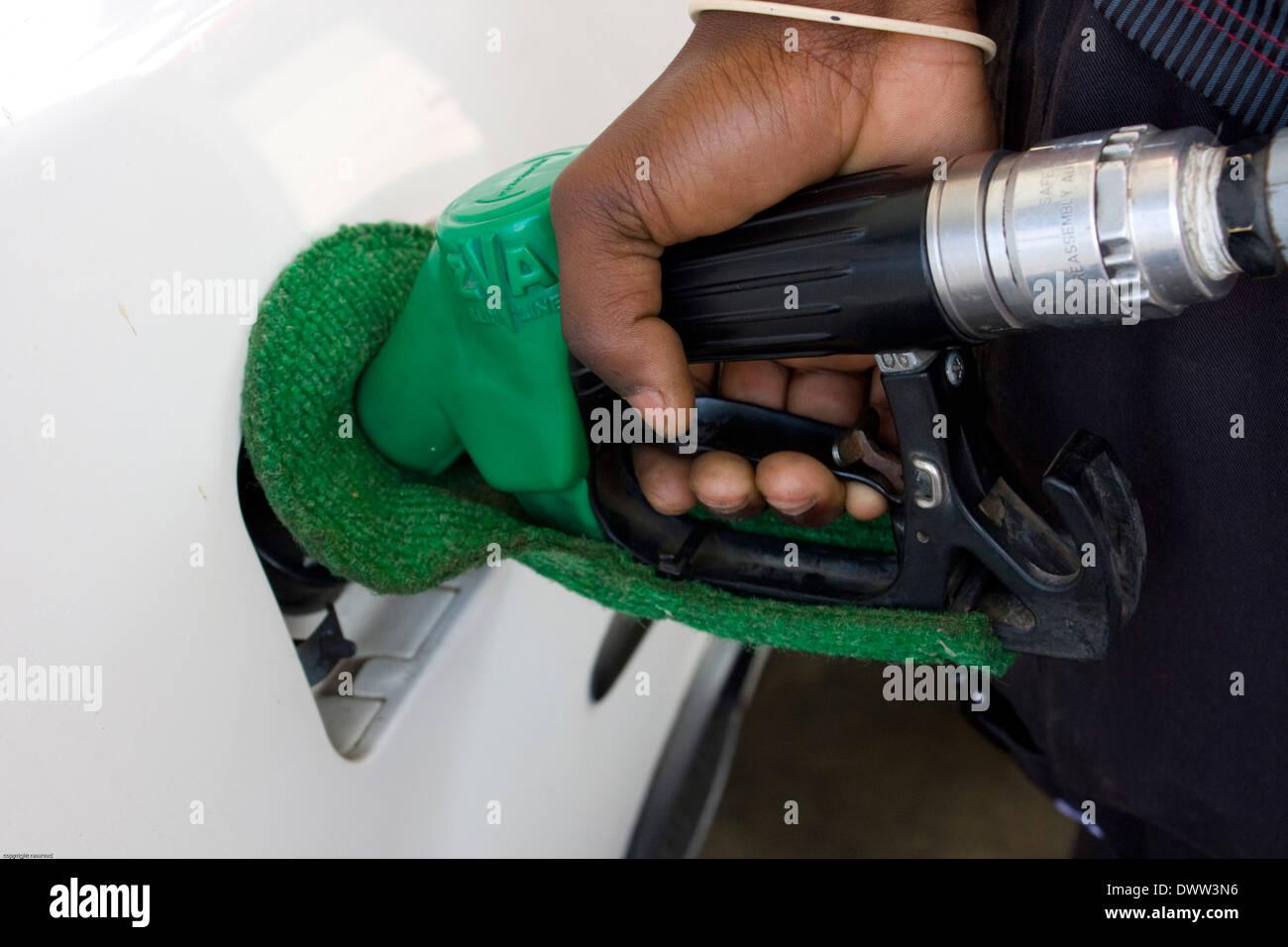 Ein Beschützer, hergestellt aus einem speziellen Stoff verhindert Kratzer, wenn ein Kraftstofftank füllen. Stockbild
