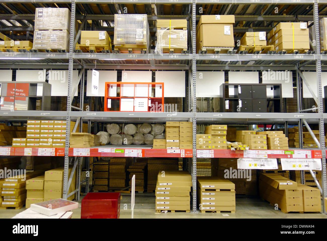 Einrichtungshaus  Lager Regale im Ikea Einrichtungshaus in Toronto, Kanada Stockfoto ...