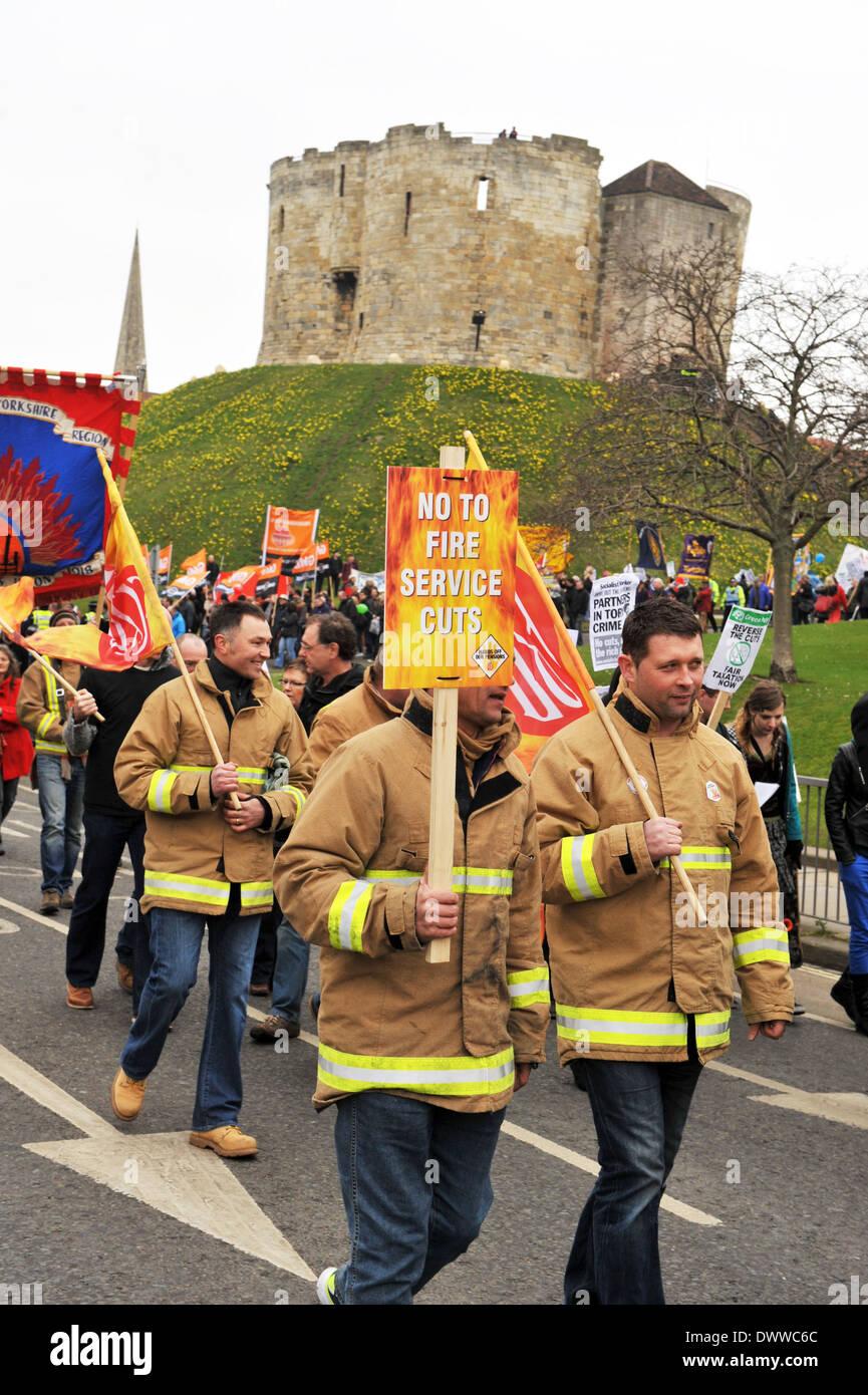 Feuer Männer Protest gegen Sparmaßnahmen Schnitt Rücken außerhalb von York 8. März 2014 Stockbild