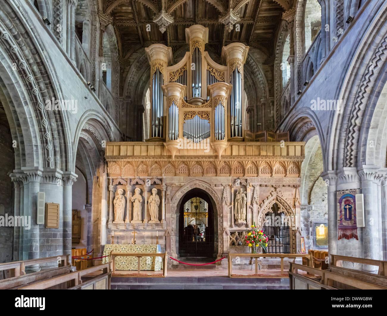 Die Orgel in der Kathedrale von St. Davids, St Davids, Pembrokeshire, Wales, UK Stockbild