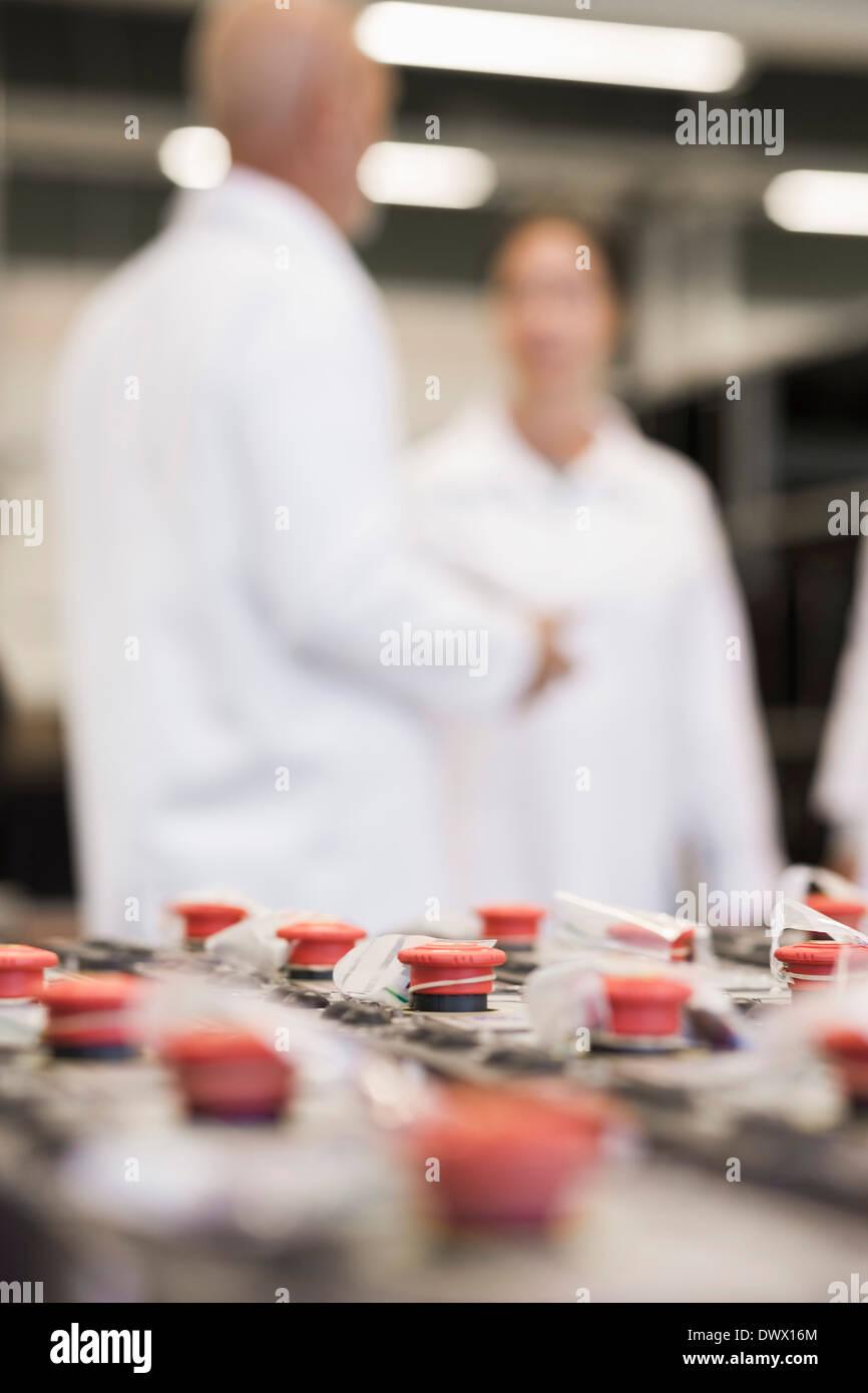 Selektiven Fokus auf Maschinenteile mit Ingenieuren im Hintergrund bei industry Stockbild