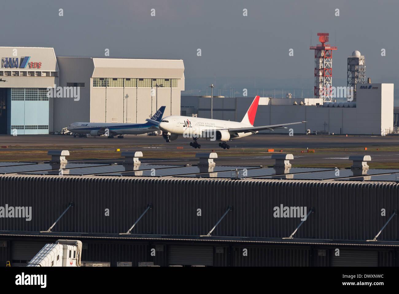 JAL-Abflug am Flughafen Tokio-HANEDA Tageszeit Stockbild
