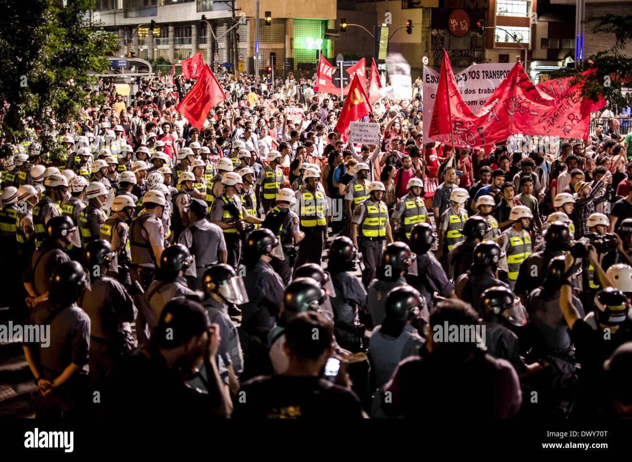 Sao Paulo, Brasilien. 13. März 2014. Demonstranten März in der Innenstadt von Sao Paulo Paulista Avenue an diesem Stockfoto