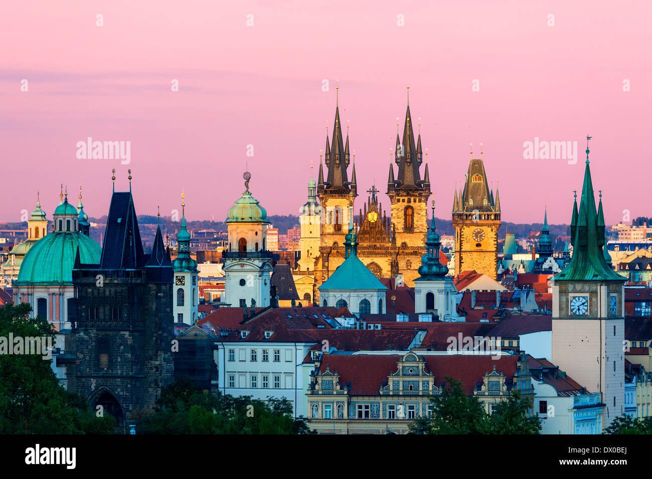 Tschechien, Skyline von Prag in der Abenddämmerung Stockbild