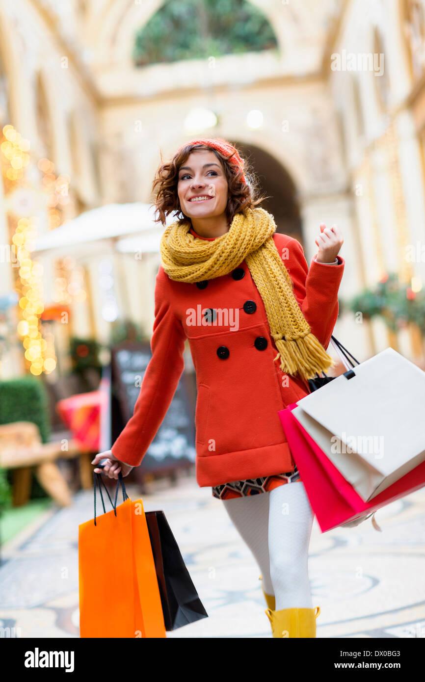 Paris, Frau einkaufen in Galerie Vivienne Stockbild