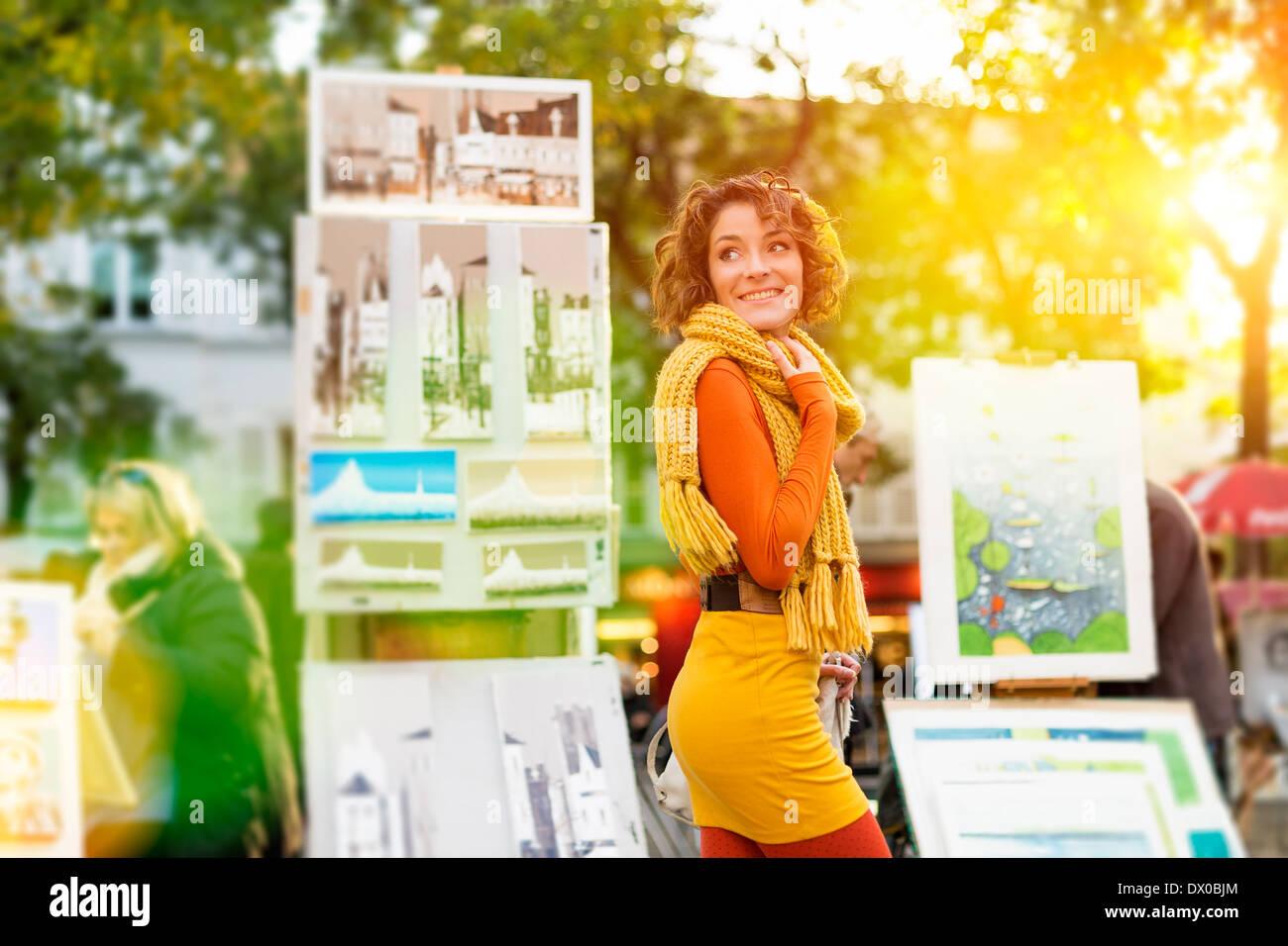 Paris, Frau zu Fuß durch Place du Tertre, Montmartre Stockbild