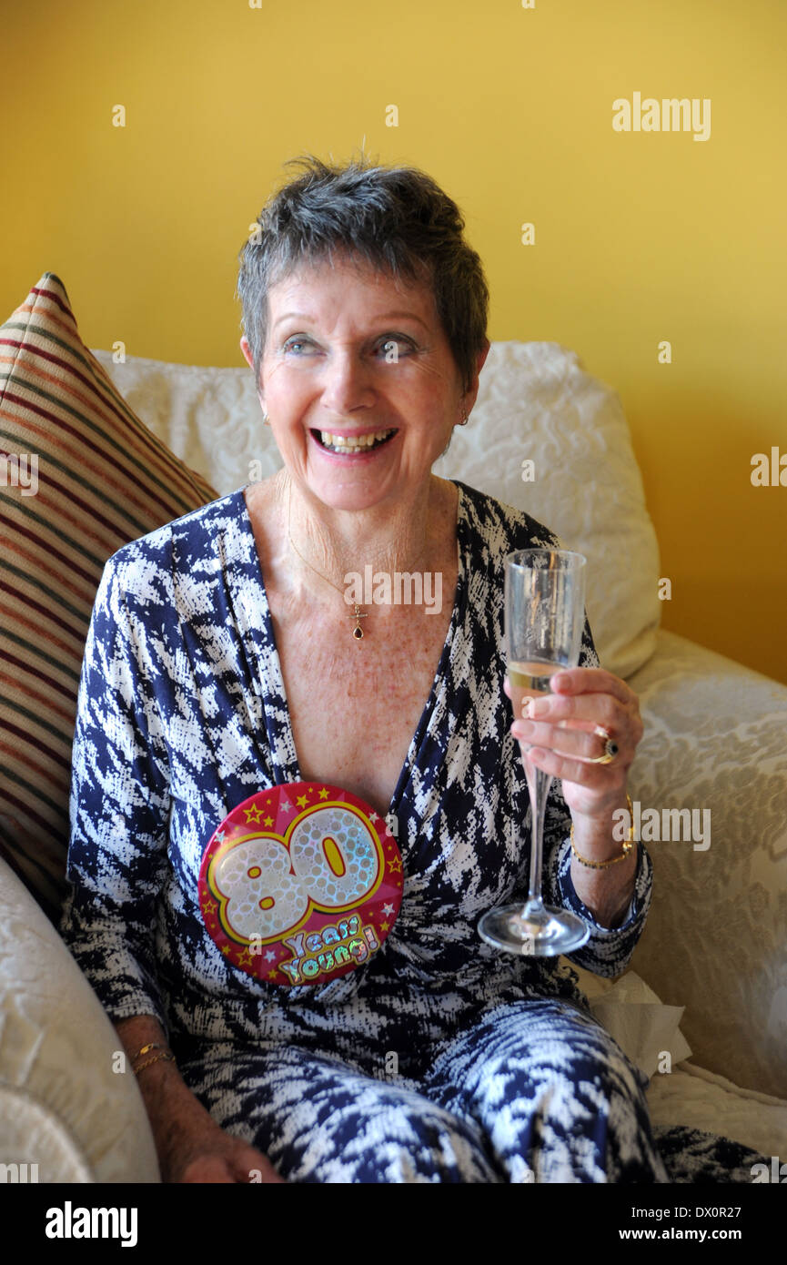 Altere Frau Feiert Ihren 80 Geburtstag Mit Glas Sekt Stockfoto
