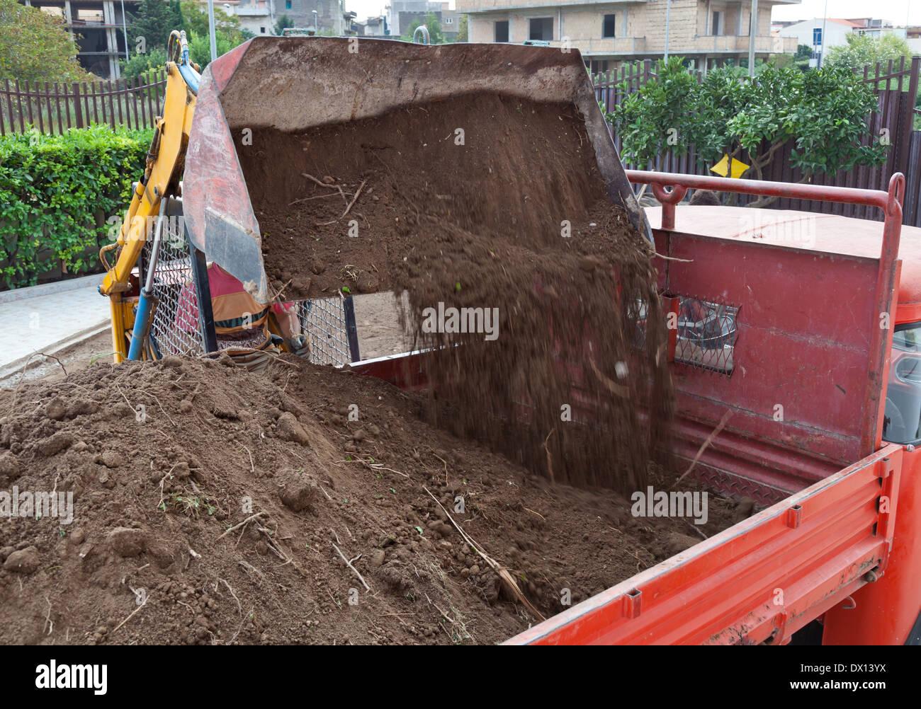 Bagger Laden Boden In Lkw Kipper Im Garten Stockfoto Bild 67637246