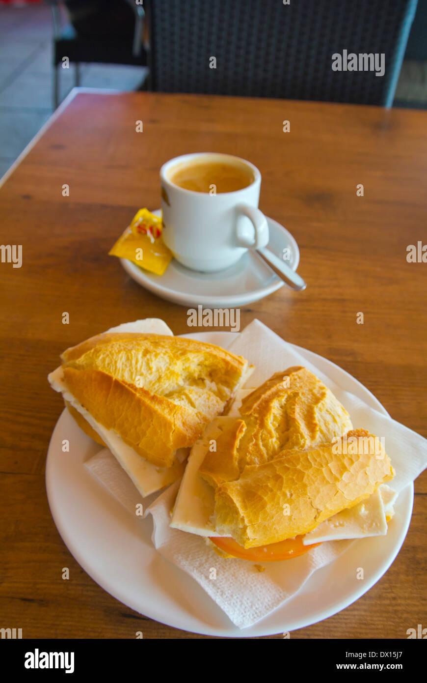 Frühstück mit Kaffee mit Milch und Bocadillo de Queso de Cabra, Sandwich mit Ziegenkäse, Puerto del Rosaro, Fuerteventura Stockbild