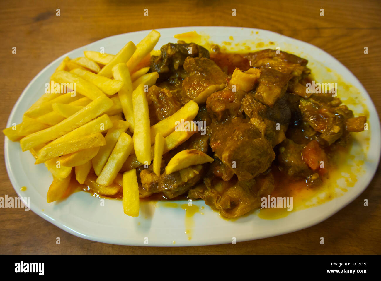Ziegenfleisch-Eintopf mit Chips, Puerto del Rosaro, Fuerteventura, Kanarische Inseln, Spanien, Europa Stockbild