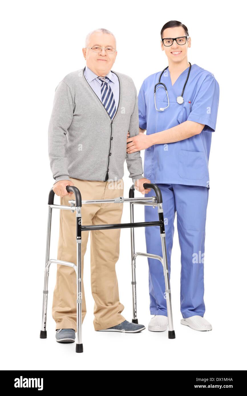 Ältere Gentleman mit Walker posiert neben Arzt Stockbild