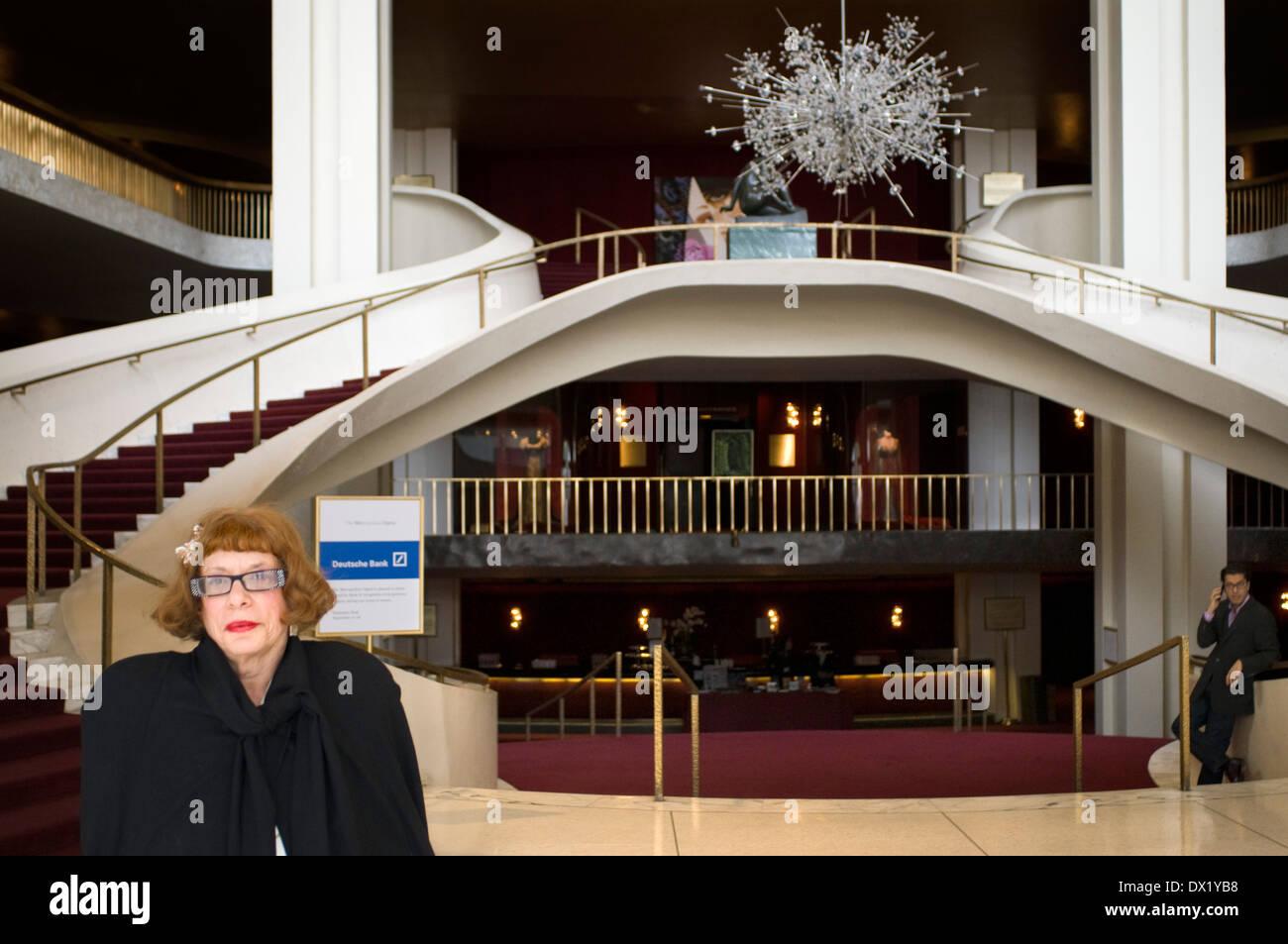 Innere des Metropolitan Opera House. New York ist die Stadt, die ...