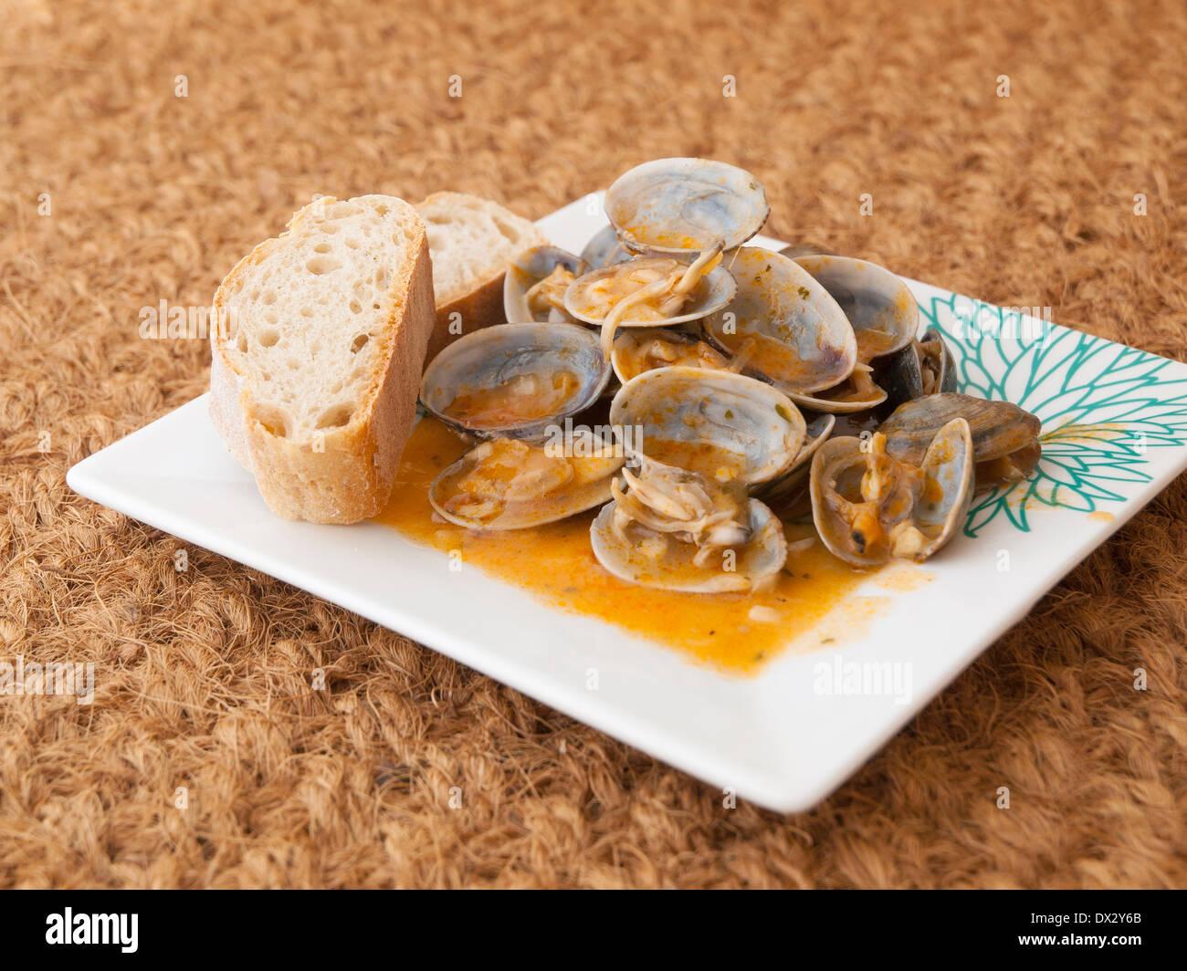 """Muscheln gekocht im Rezept """"Almejas a la Marinera"""" Hintergrund Stockbild"""