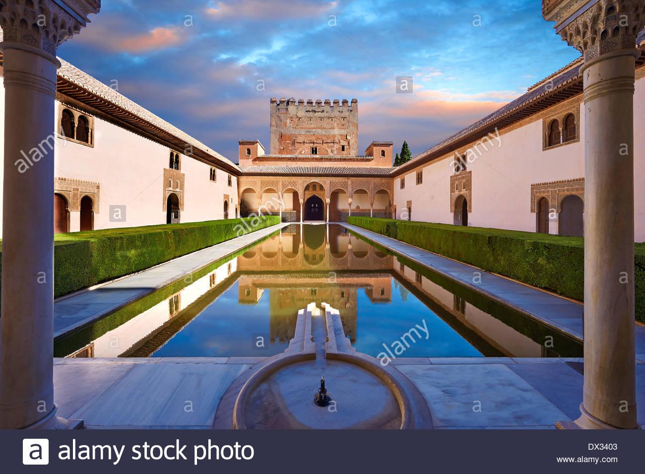 Arabesque maurischer Architektur und Teich des Gerichtshofs für die Myrten Palacios Nazaries, Alhambra. Granada, Stockfoto