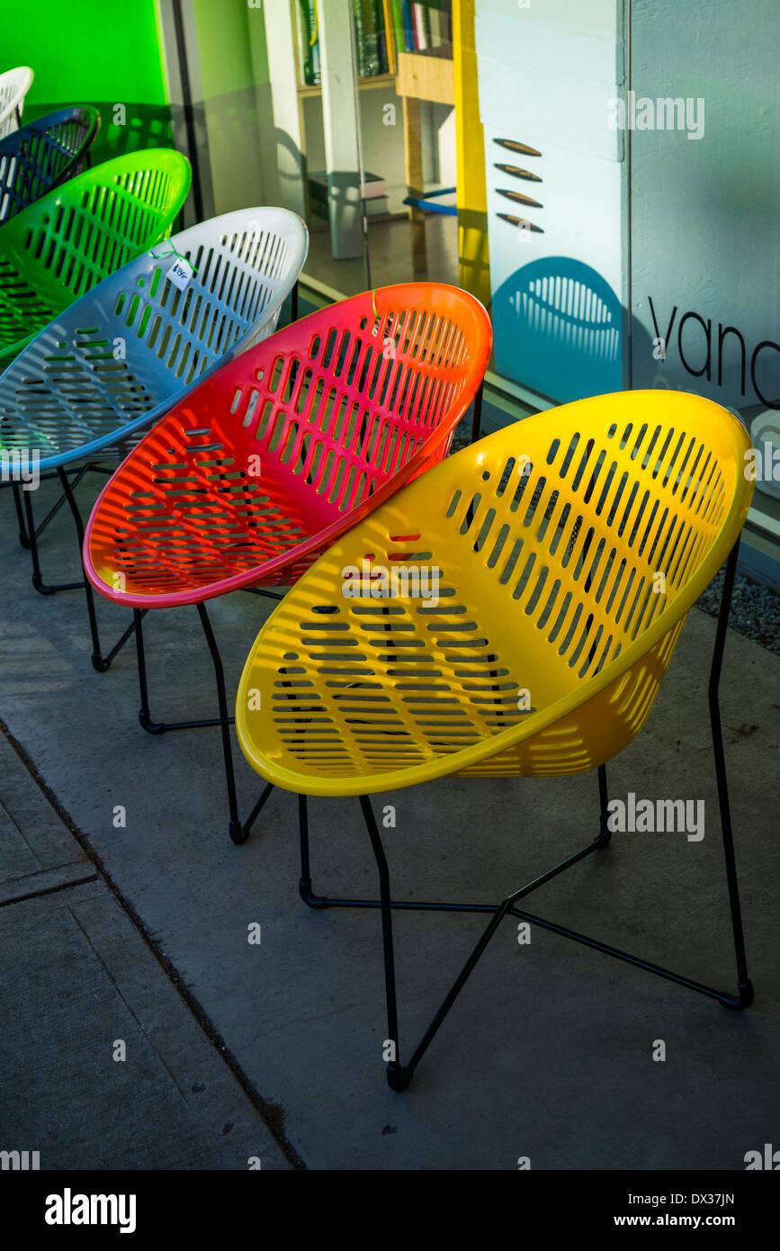 bunte Runde Kunststoff-Stühle in einer Reihe Stockfoto, Bild ...