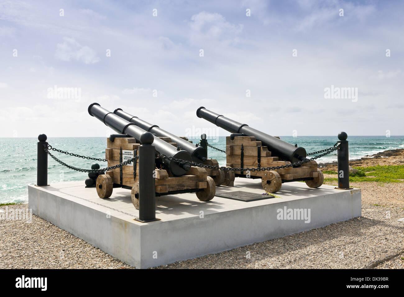 Historische Waffen am Hafen von Paphos, Zypern mit Blick aufs Meer. Stockbild