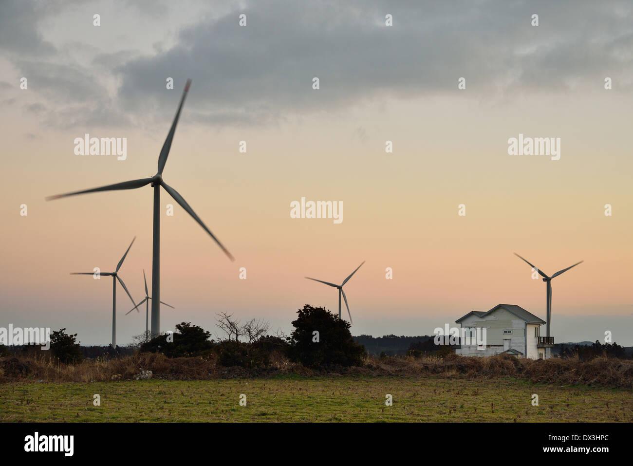Elektro Power Generator Windkraftanlage über ein bewölkter Himmel Stockbild