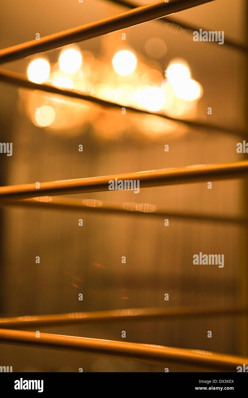 Grill-Arbeit mit beleuchteten Kronleuchter im Hintergrund zu abstrahieren, Nahaufnahme Stockbild