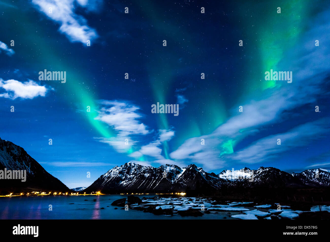Nordlicht oder Aurora Borealis, an der Küste von Moskenes, Gimsøya, Lofoten, Norwegen Stockbild