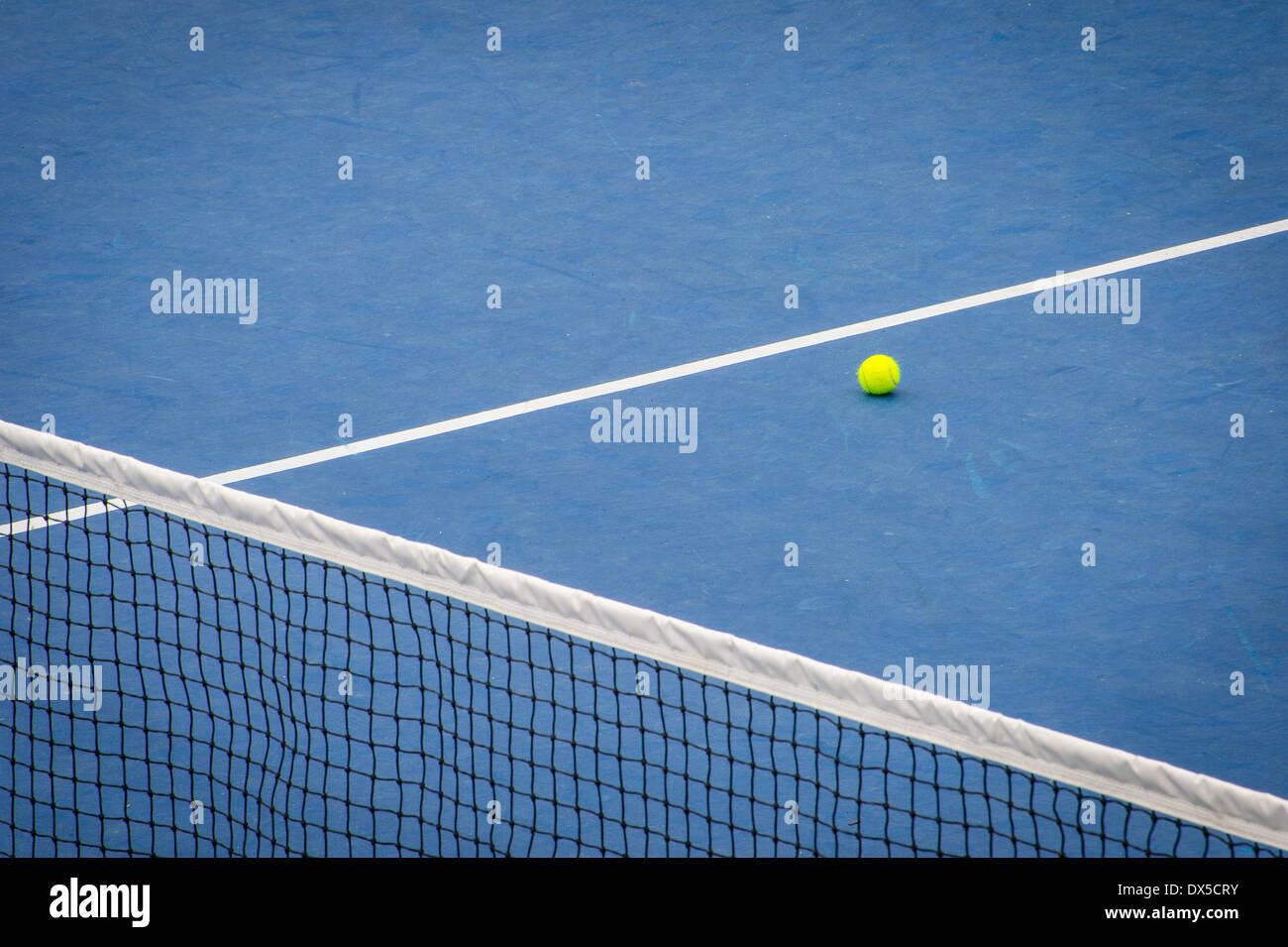 Blaue Tennisplatz mit Tennisball Stockbild