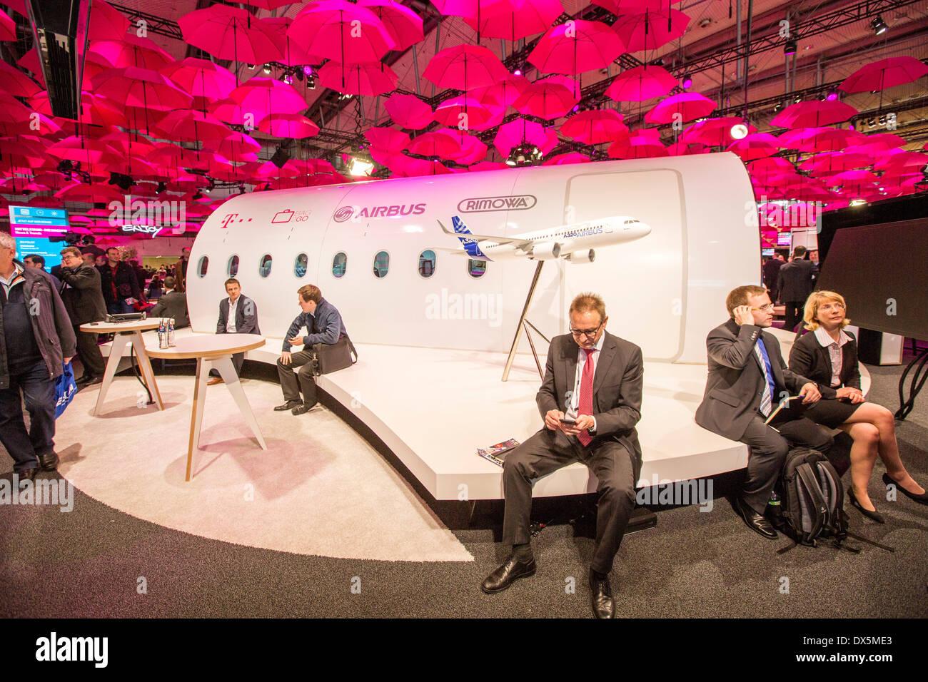 CeBIT Computer Messe 2014, Deutsche Telekom, Stand der Deutschen Telekom, Hunderte von rosa Schirme bilden ein Dach über der vorherigen Stockbild