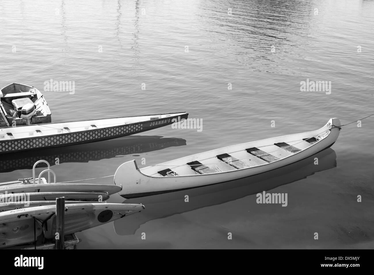 Boote festmachen auf ruhigem Wasser in Morro Bay, Kalifornien, USA Stockbild