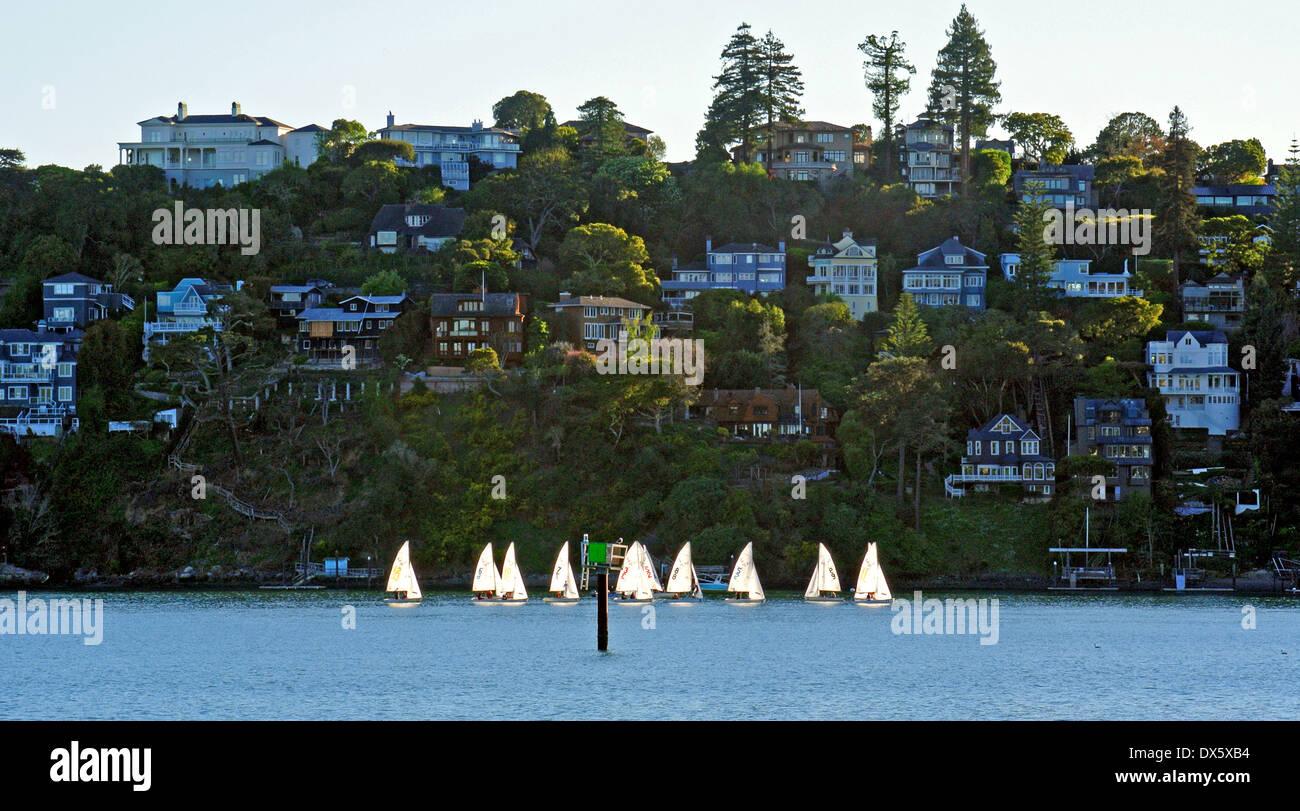 Junior-Segler Segeln Optimist Jolle entlang der Küste von Belvedere Stockbild