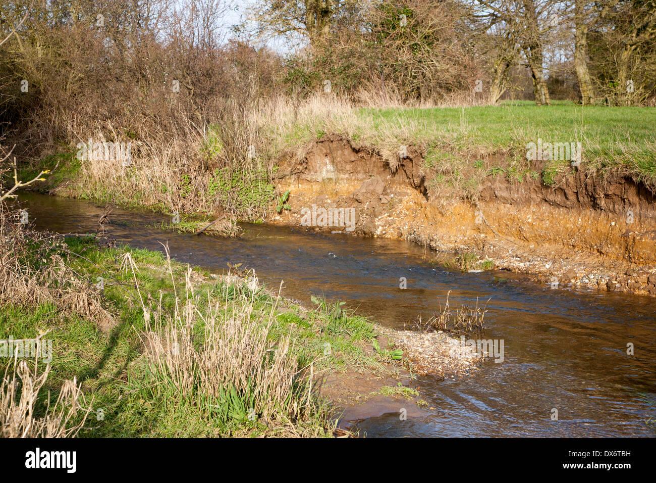 Erosion und Ablagerung mit Fluss Klippe und Rutsch-off Piste, River Deben, Ufford, Suffolk, England Stockbild
