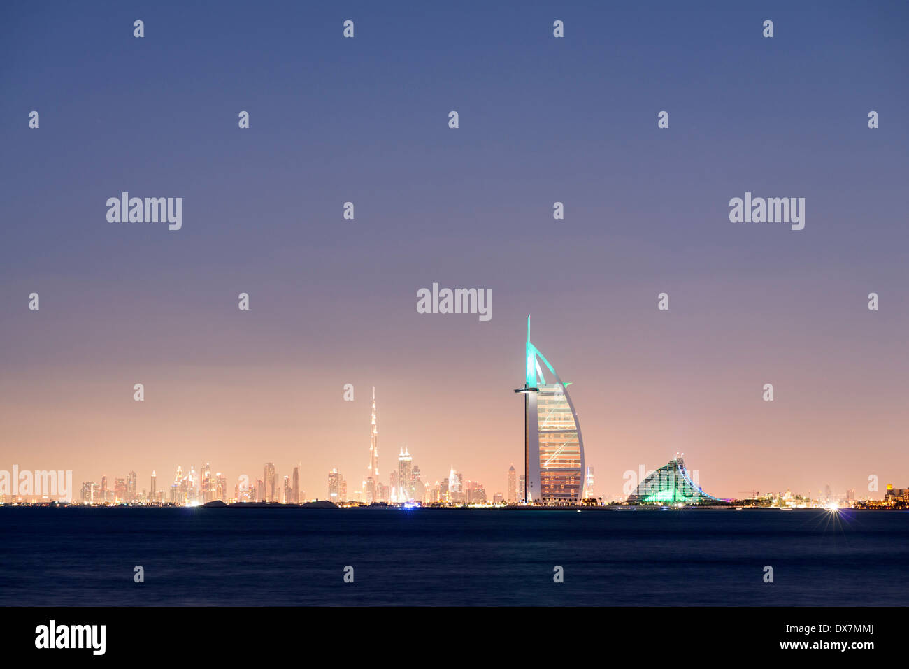 Nacht-Skyline auf Meer und luxuriöse Burj al Arab Hotel und Stadt Dubai mit Burj Khalifa tower in Ferne Vereinigte Arabische Emirate Stockbild
