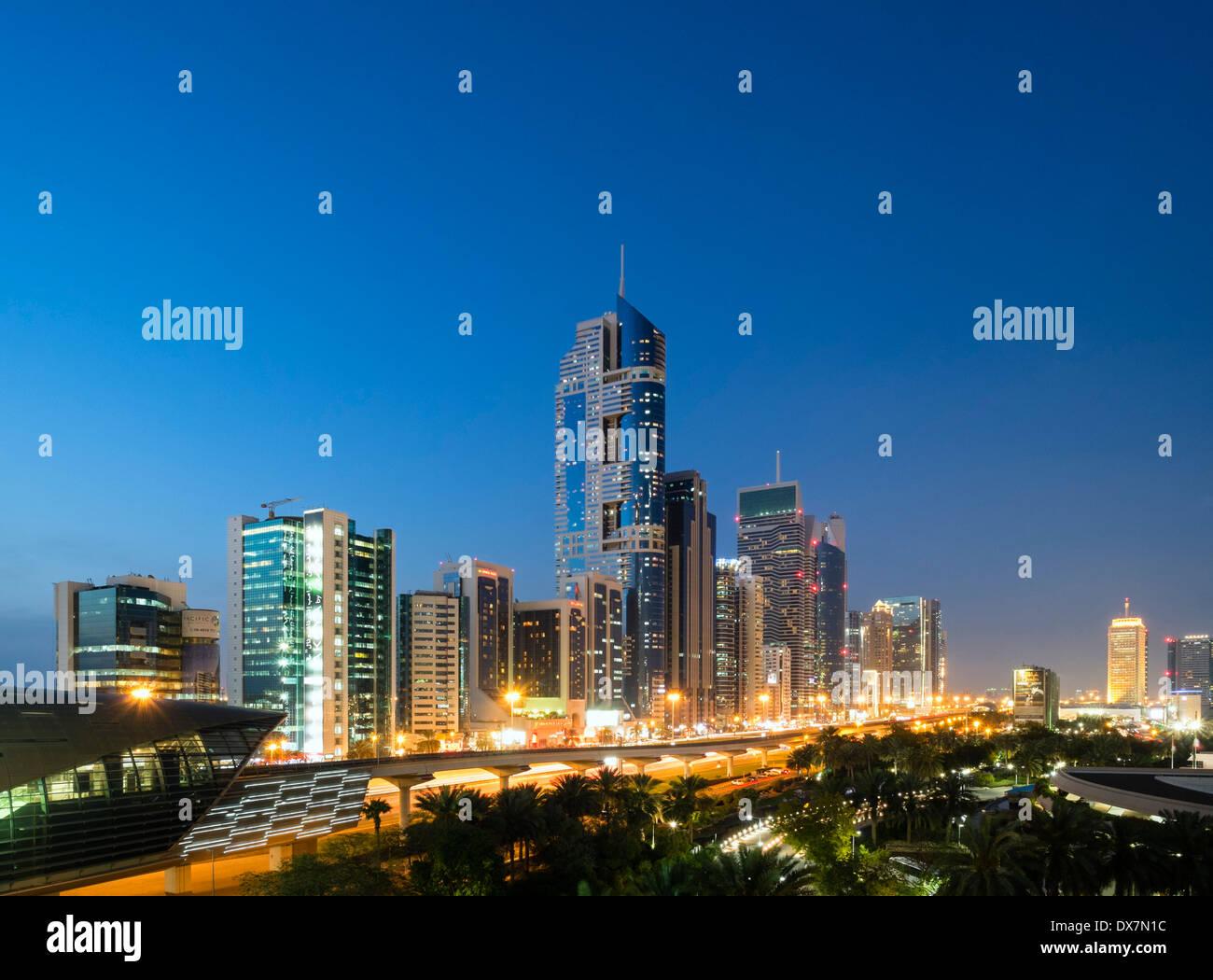 Abenddämmerung Blick auf Skyline von Wolkenkratzern entlang der Sheikh Zayed Road in Dubai Vereinigte Arabische Emirate Stockbild
