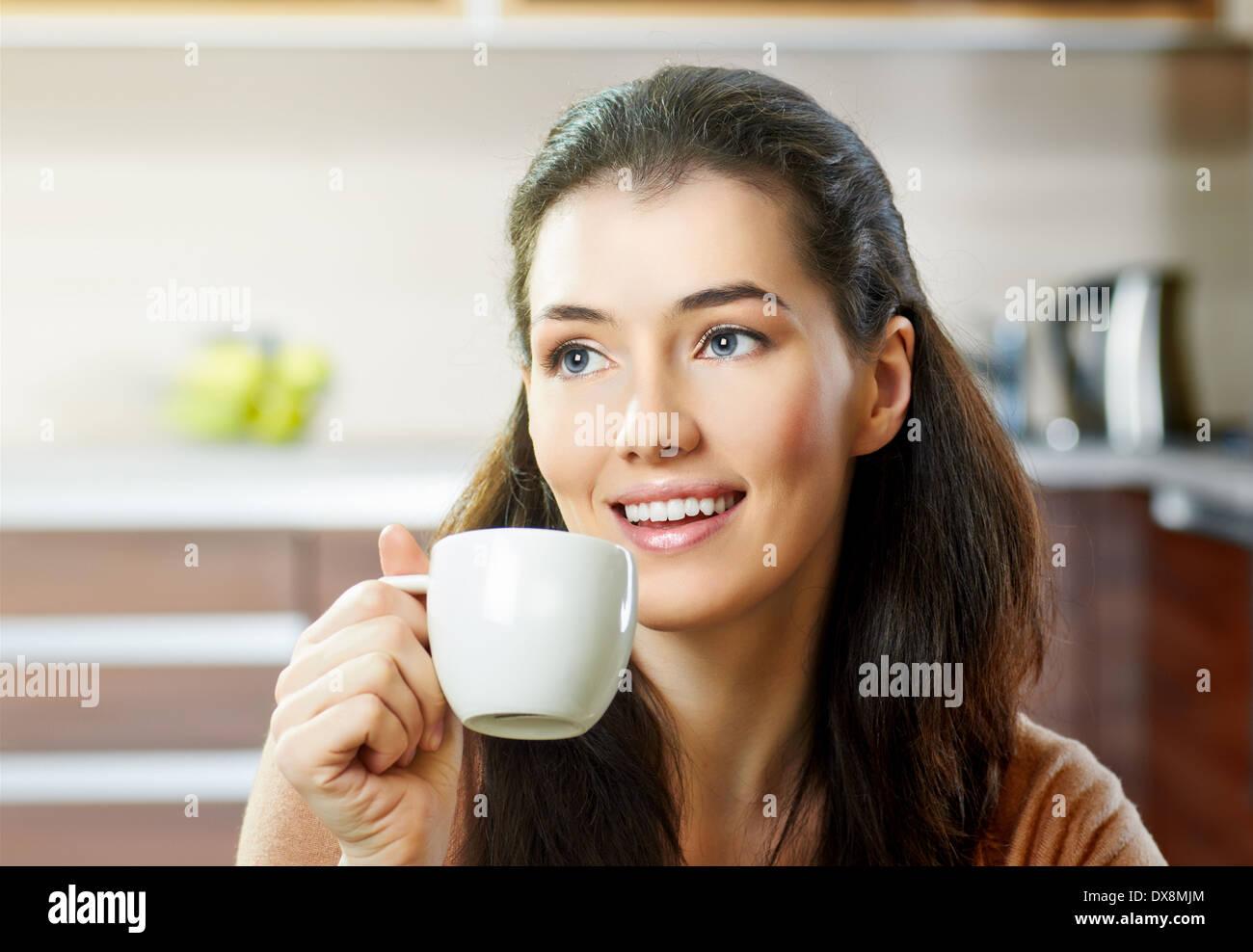 eine Schönheit Mädchen auf dem Hintergrund der Küche Stockbild