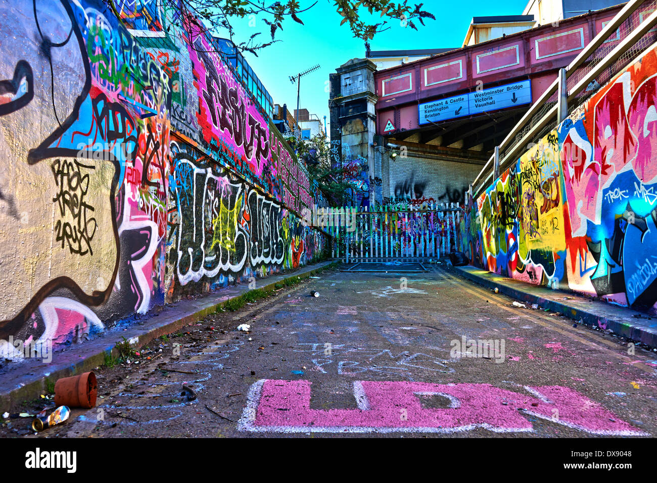 leake street auch bekannt als die banksy tunnel oder graffiti tunnel ist eine stra e in. Black Bedroom Furniture Sets. Home Design Ideas