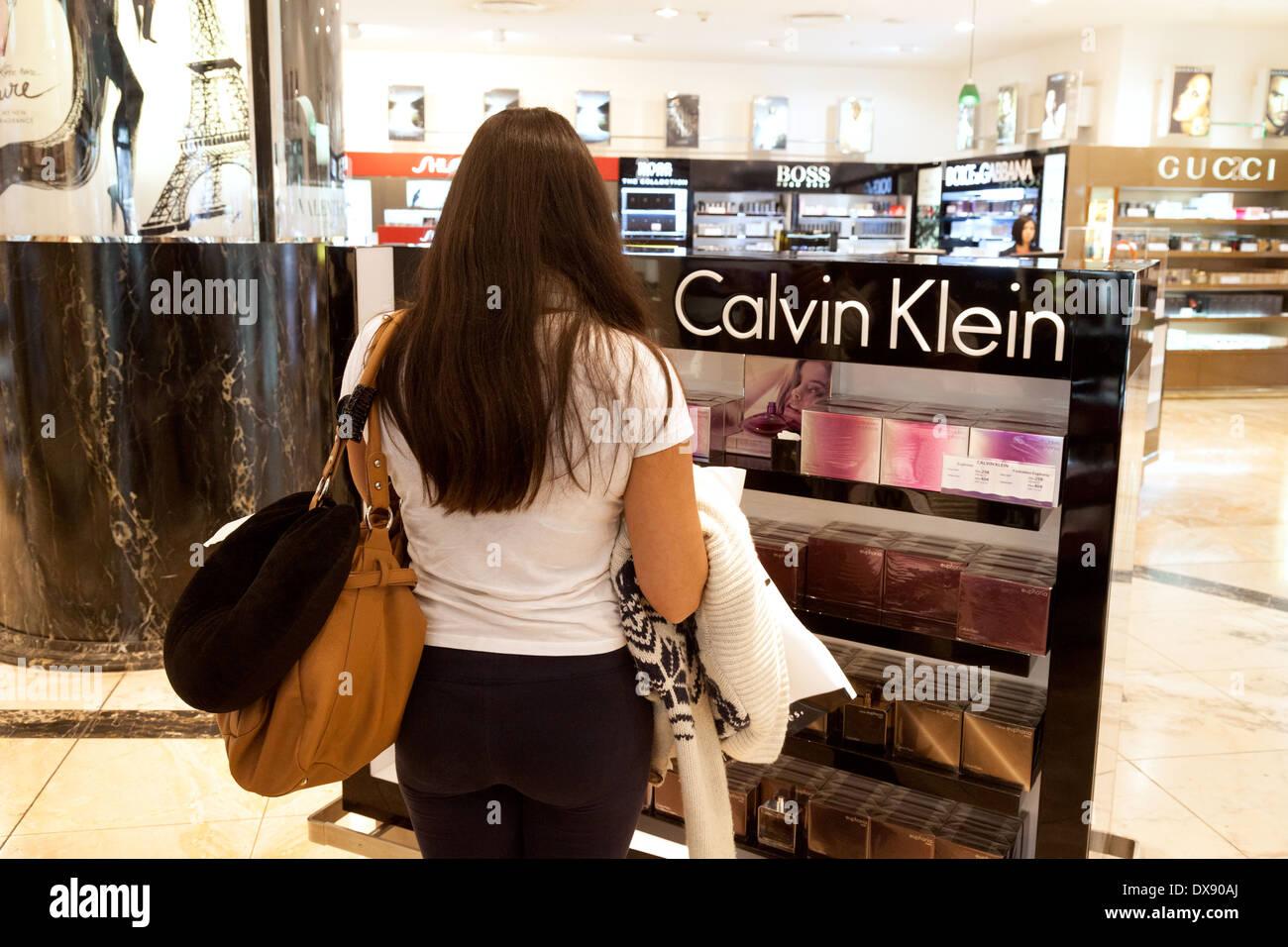 Frau shopping für Calvin Klein Parfüm, Duty Free Shop, Flughafen Dubai, Vereinigte Arabische Emirate, Vereinigte Arabische Emirate Naher Osten Stockbild